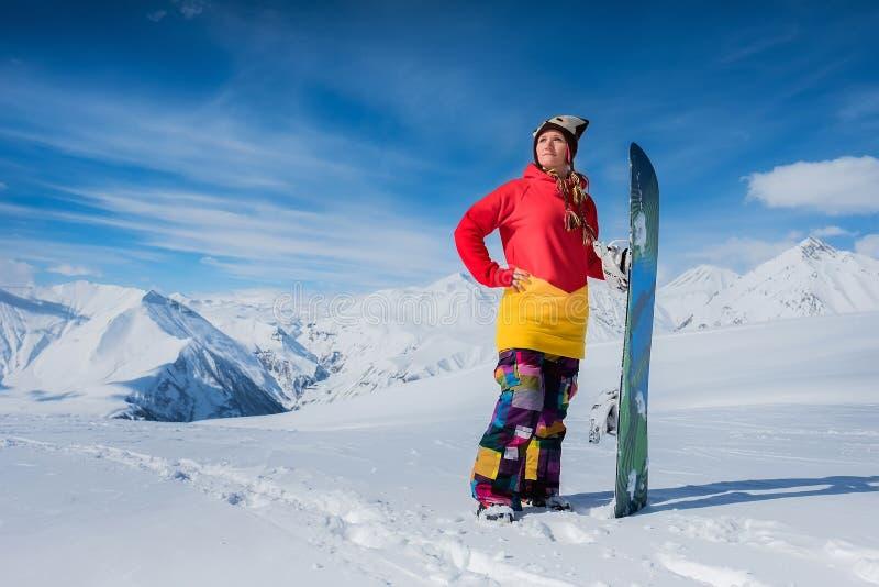 2 лыжника стоят на заднем плане гор снега человек и gi стоковая фотография rf