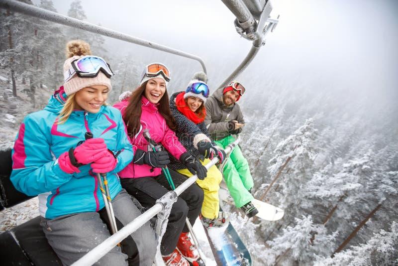 Лыжники в подъеме лыжи поднимаясь на местность лыжи стоковое изображение