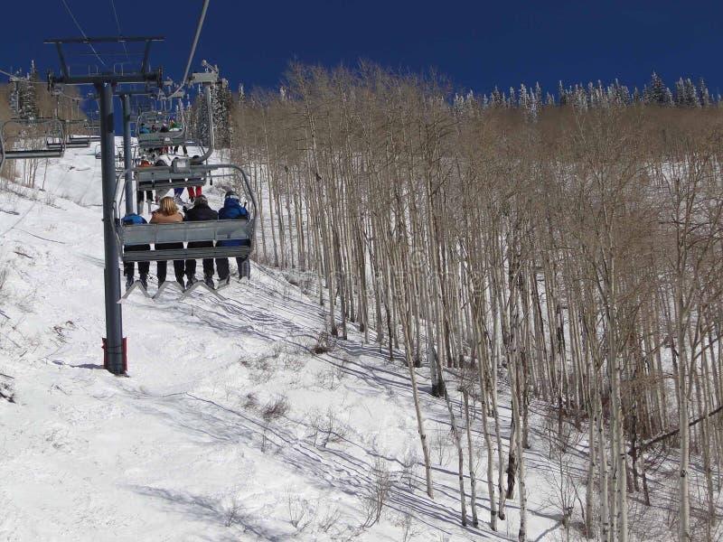 лыжники езды chairlift стоковые изображения rf