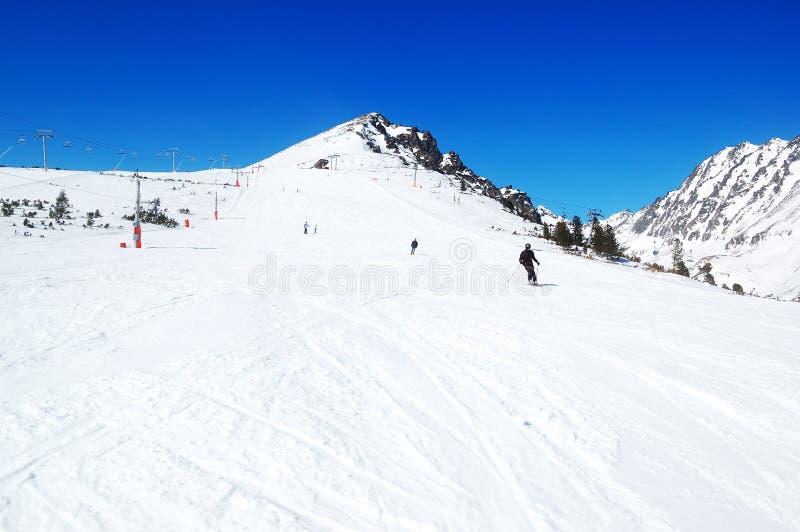 Лыжники ехать на наклоне в лыжный курорт Strbske Pleso стоковое фото rf