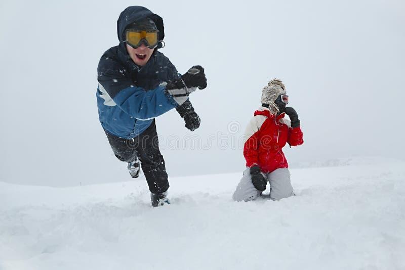 Лыжники играя в снеге стоковые фото