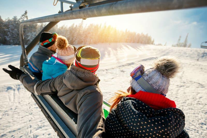 Лыжники и snowboarders на подъеме лыжи в гору на зиме va стоковое фото