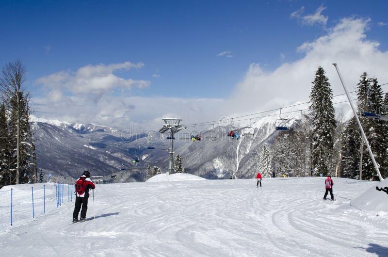 Лыжники на верхней части гор Кавказ в лыжном курорте Krasnaya Polyana России стоковое изображение