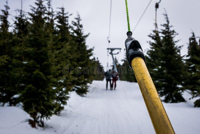 Лыжники на подъеме лыжи T-бара в Szklarska Poreba, Польшу стоковое изображение rf