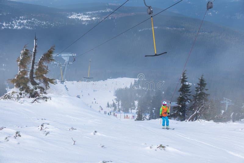 Лыжники на подъеме лыжи T-бара в Szklarska Poreba, Польшу стоковое фото rf