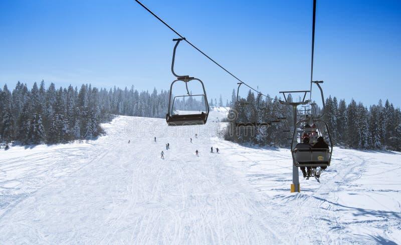 Лыжники на подъеме стоковое фото