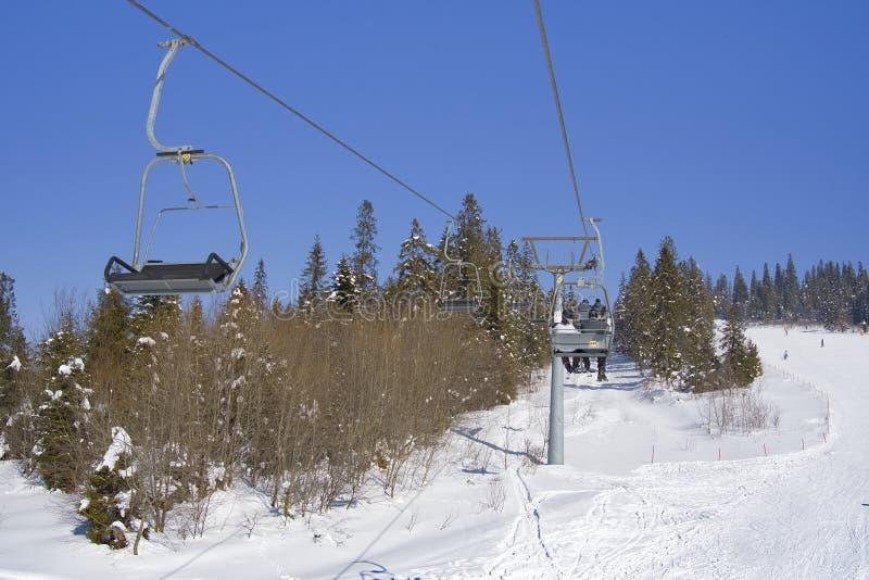 Лыжники на подъеме стоковые фото
