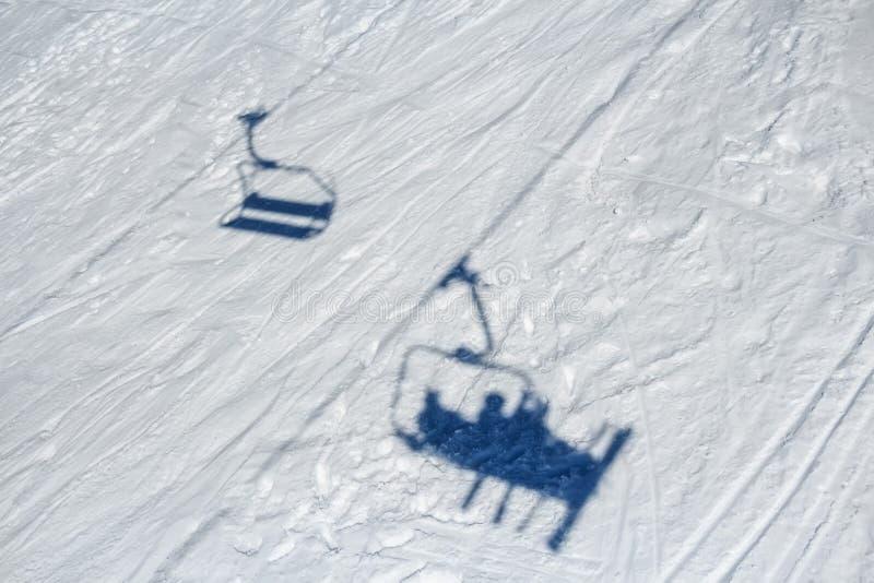 Лыжники на подъеме лыжи стоковое фото rf