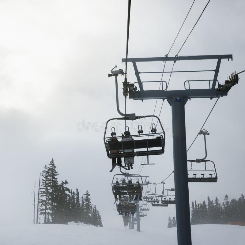 лыжники chairlift стоковая фотография