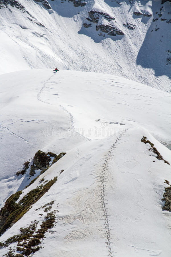 Лыжник взбираясь снежная гора стоковая фотография