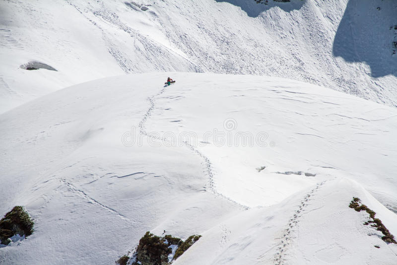 Лыжник взбираясь снежная гора стоковые фотографии rf