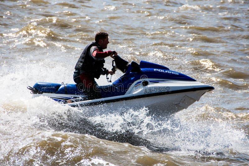 Лыжник двигателя на реке Мерси стоковое фото