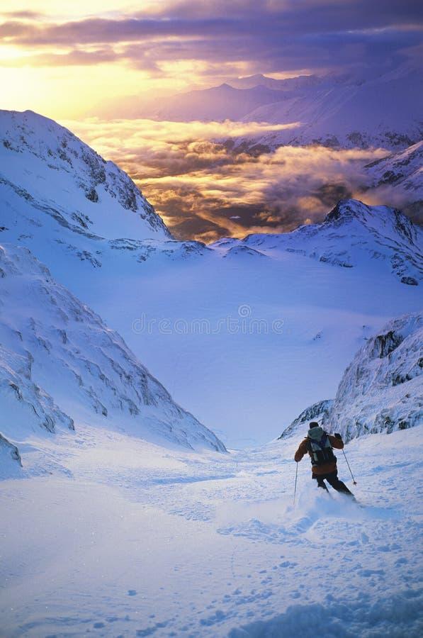 Лыжник двигая вниз с наклона стоковые изображения