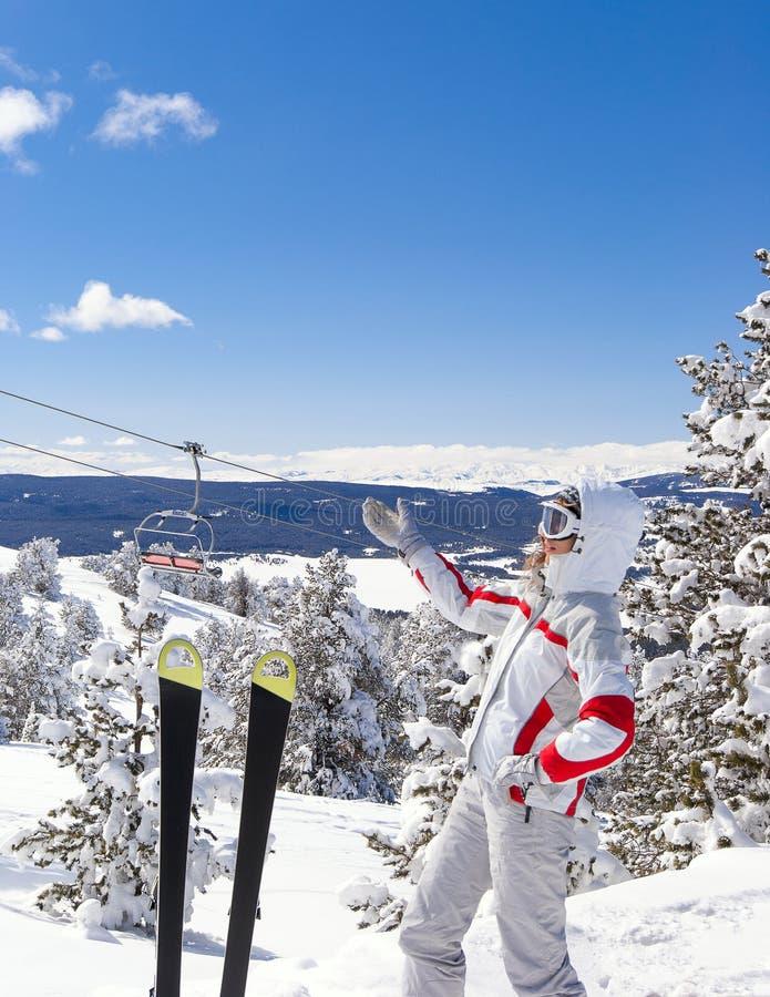лыжник выставки ландшафта предпосылки красивейший к стоковая фотография