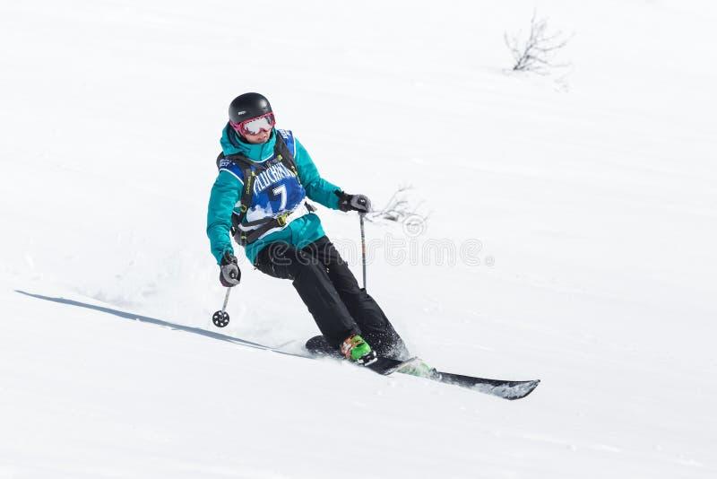 Лыжник девушки едет крутые горы Россия, Дальний восток, Камчатка стоковые фотографии rf