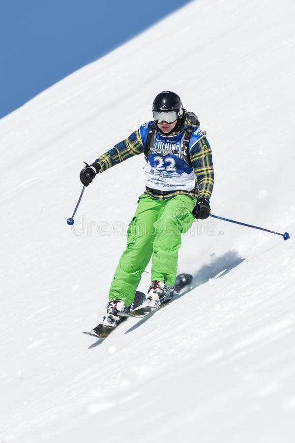 Лыжник девушки едет крутые горы Россия, Дальний восток, Камчатка стоковое изображение rf