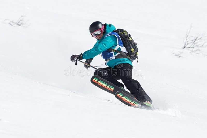 Лыжник девушки едет крутые горы Россия, Дальний восток, Камчатский полуостров стоковое изображение
