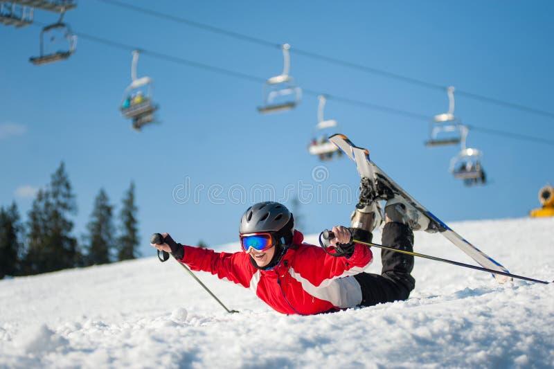 Лыжник женщины с лыжей на курорте winer в солнечном дне стоковое изображение rf