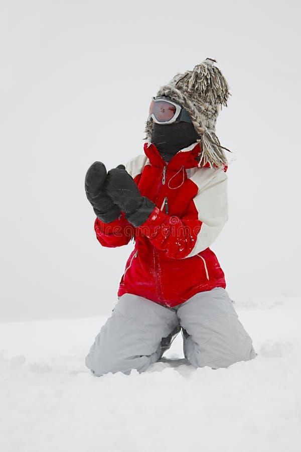 Лыжник играя с снегом стоковое изображение