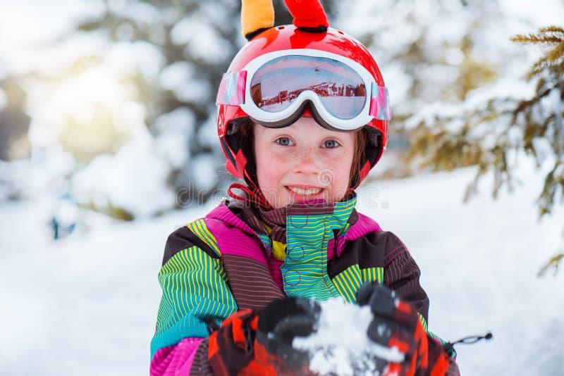 Лыжник играя с снегом стоковое фото