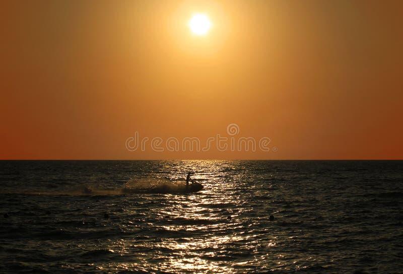 Лыжник и закат стоковое изображение