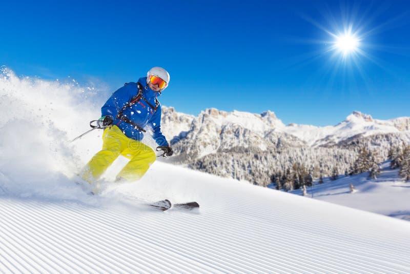Download Лыжник на бежать Piste покатый Стоковое Фото - изображение насчитывающей подъем, льдед: 81801330
