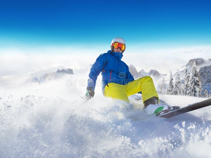 Download Лыжник на бежать Piste покатый Стоковое Фото - изображение насчитывающей overcast, игра: 81801384