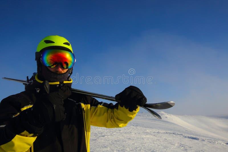 Лыжник на пике стоковая фотография rf