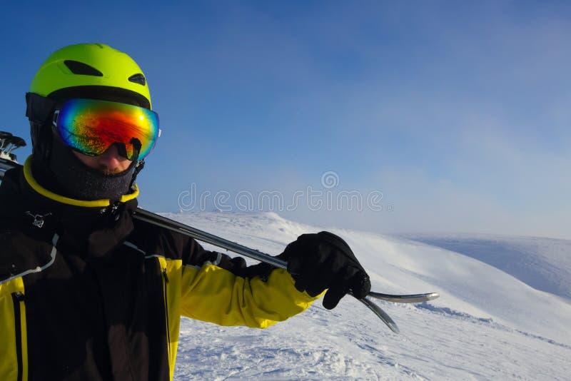 Лыжник на пике стоковое фото