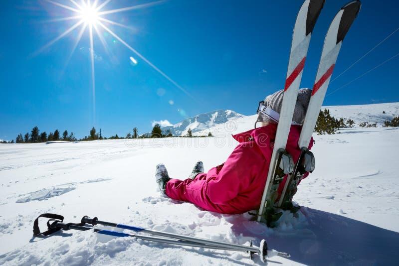 Лыжник ослабляя на солнечном дне на сезоне зимы стоковое изображение