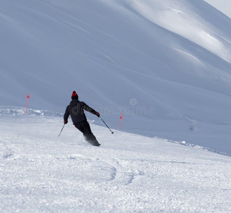 Лыжник покатый на подготовленном снежном горнолыжном склоне на зимнем дне стоковая фотография rf