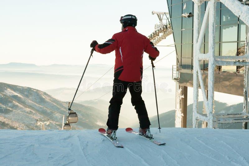 Лыжник подготавливая для покатой езды от вершины горы стоковое фото rf