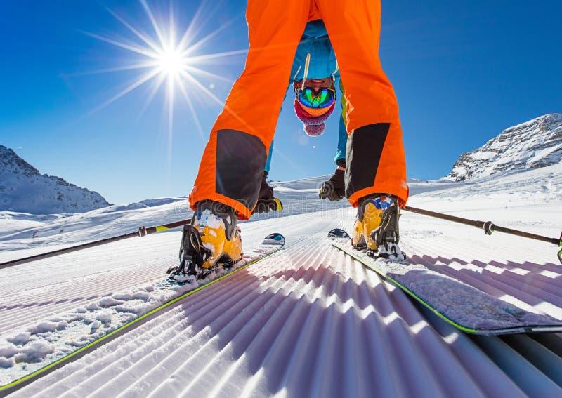 Лыжник представляя на piste в высоких горах стоковые изображения