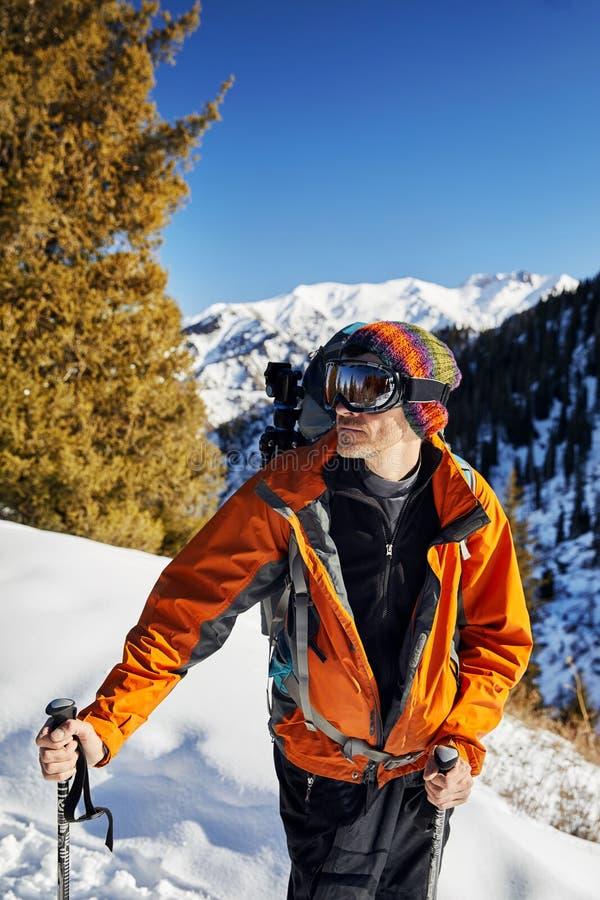 Лыжник с маской в горах стоковые изображения rf