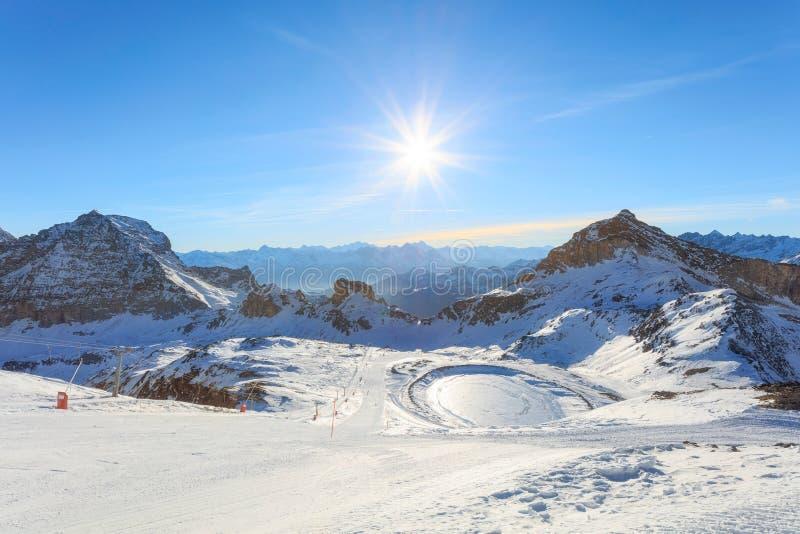 Лыжный курорт зимы в Альпах стоковые изображения