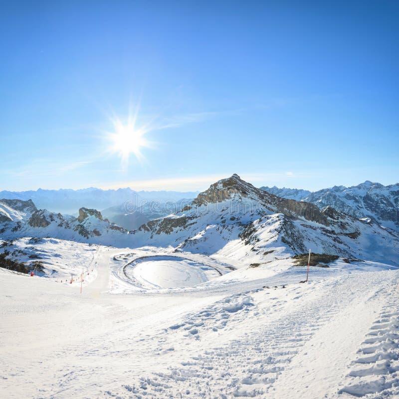 Лыжный курорт зимы в Альпах стоковое фото