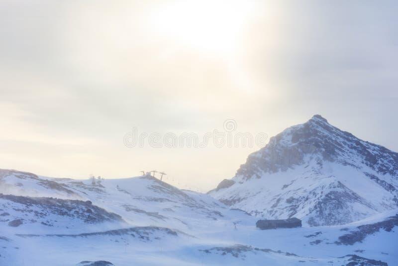 Лыжный курорт зимы в Альпах стоковое изображение rf