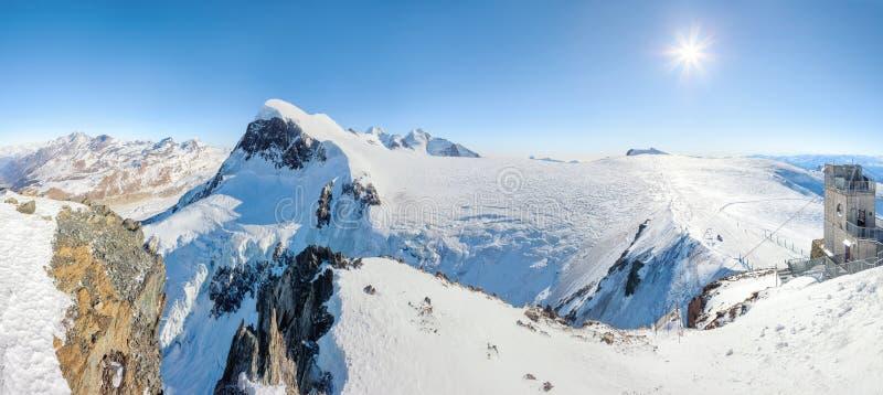 Лыжный курорт зимы в Альпах стоковая фотография rf