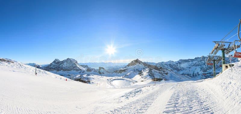 Лыжный курорт зимы в Альпах стоковая фотография
