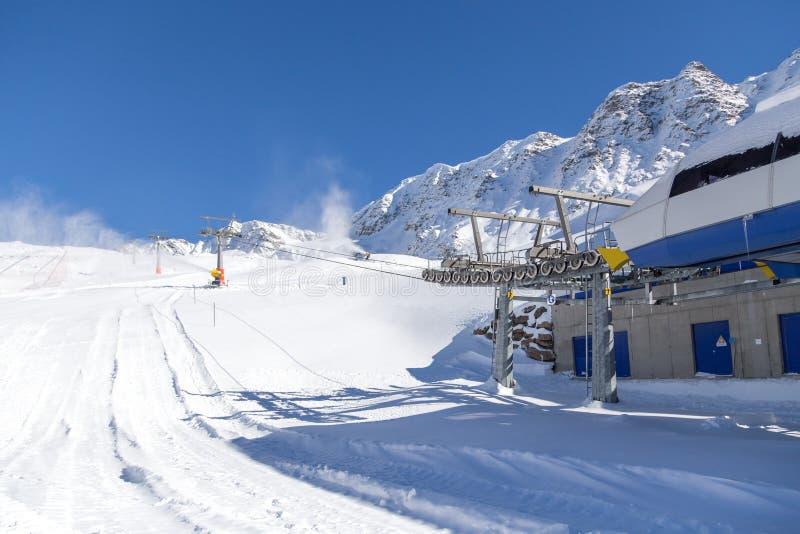 Лыж-подъем в итальянские горные вершины стоковое изображение