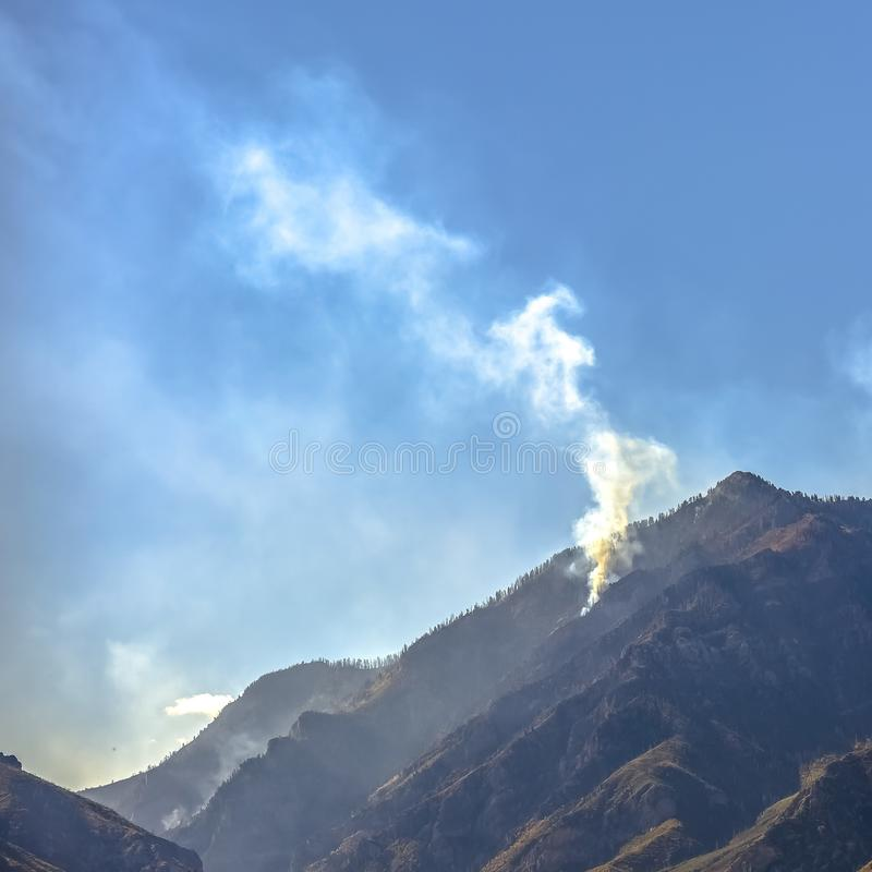 Лысая гора в Юте с дымом от лесного пожара стоковые фото