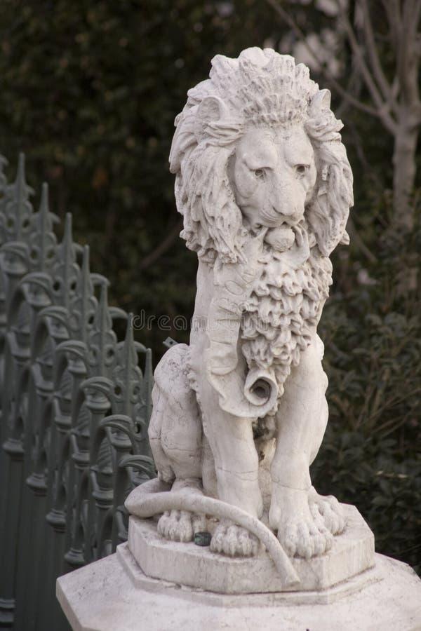 Download львев стоковое изображение. изображение насчитывающей загородка - 477787