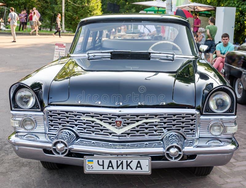 Львов, Украина - июнь 2015: Автоматический фестиваль Leopolis Grand Prix 2015 Старый винтажный ретро автомобиль Chayka стоковые изображения rf