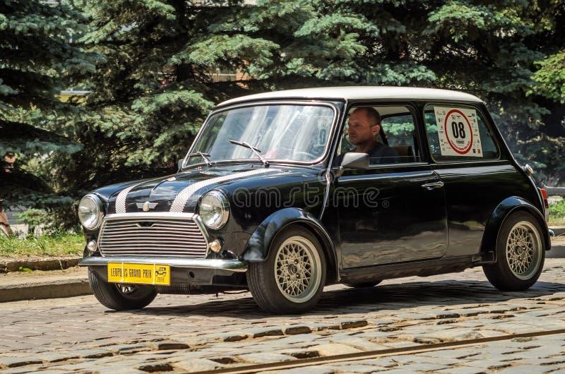 ЛЬВОВ, УКРАИНА - ИЮНЬ 2018: Бондарь старого винтажного ретро автомобиля мини на городе улицы стоковые фото
