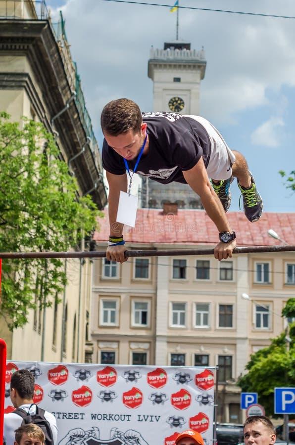 ЛЬВОВ, УКРАИНА - ИЮНЬ 2016: Молодой спортсмен мальчика демонстрирует его способность путем выполнять различные тренировки и диагр стоковое изображение