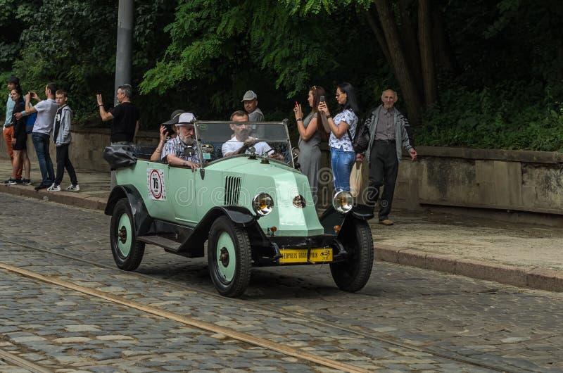 ЛЬВОВ, УКРАИНА - ИЮНЬ 2018: Цвет Renault старого винтажного ретро cabriolet автомобиля белый едет вниз с улицы города стоковые фото