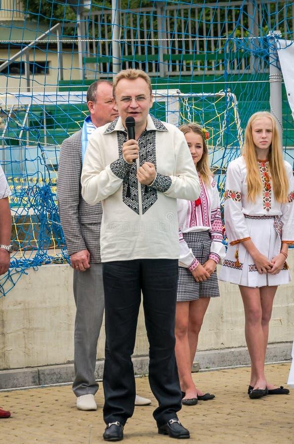 Львов, Украина - июль 2015: Украинское водное поло чашки в бассейне SKA Мэр Andriy Sadovy Львова поздравляет льва «динамомашины»  стоковые изображения rf