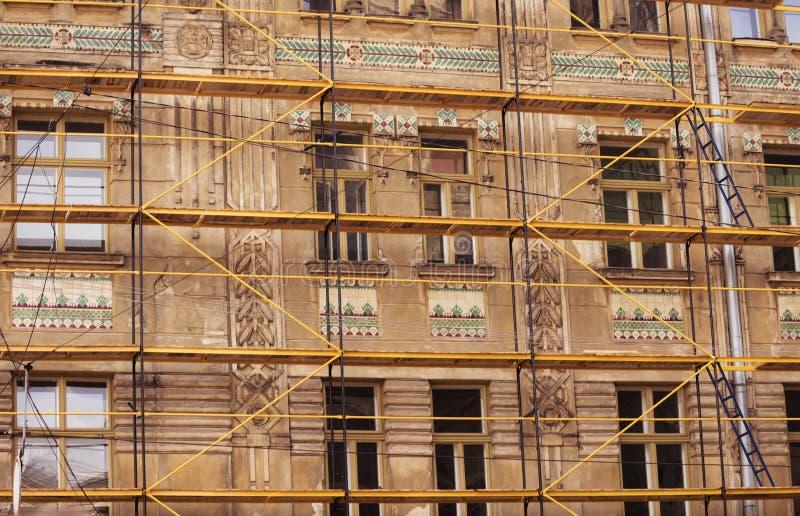 03 08 2019 Львов, Украина Процесс восстановления старого дома крыши, фасада, фресок Восстановление архитектурноакустического стоковые изображения rf