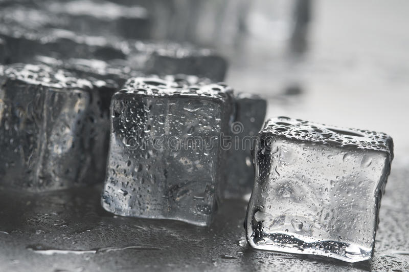 льдед кубиков возражает влажную стоковое фото
