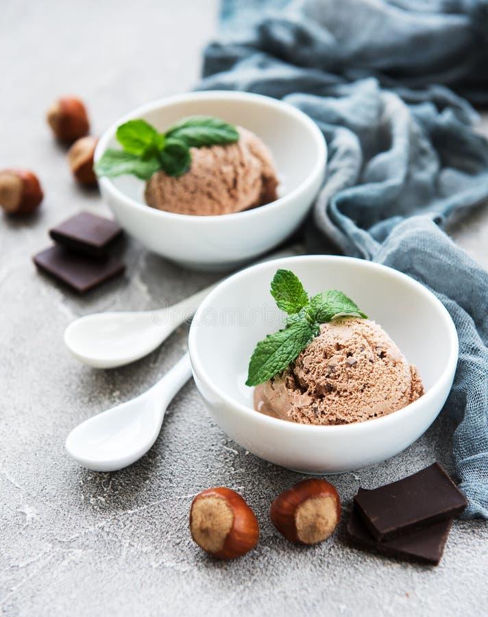 льдед сливк конца шоколада предпосылки изолировал вверх по белизне стоковые изображения